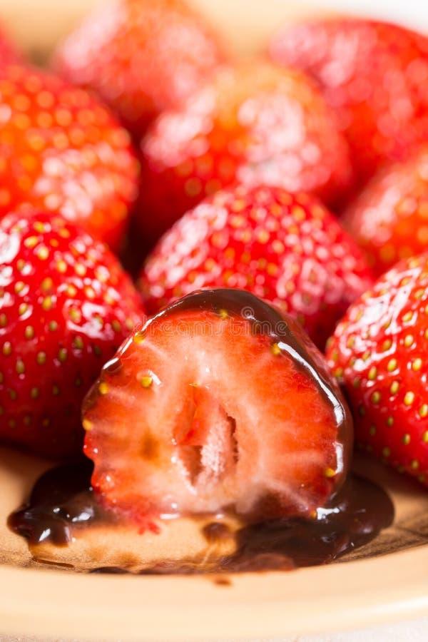 Zoete die aardbeien met chocolade op de vork wordt gesneden royalty-vrije stock afbeelding