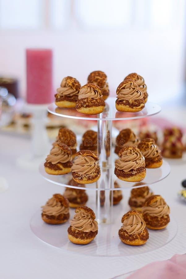Zoete die dessertscakes met bessen en fruit op het buffet wordt gediend royalty-vrije stock foto