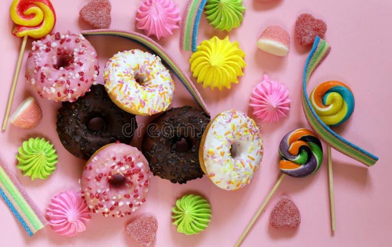 Zoete donuts met suiker en chocoladeglans royalty-vrije stock fotografie