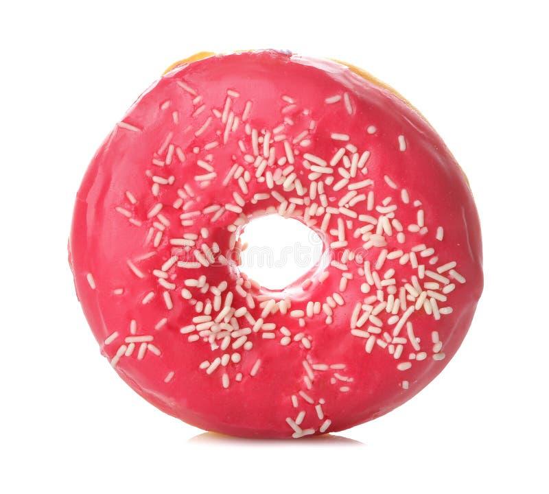 Zoete doughnut met suikerglazuur en het bestrooien van roze kleur dicht omhoog op wit geïsoleerde achtergrond stock afbeelding
