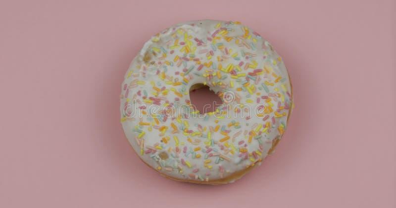 Zoete doughnut op roze achtergrond Hoogste mening Smakelijke, verse bestrooide doughnut royalty-vrije stock fotografie