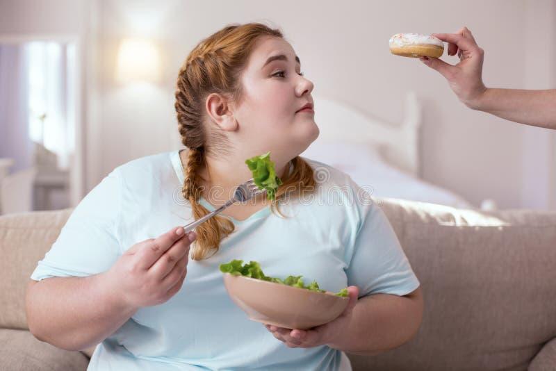 Zoete doughnut verleidelijke jonge vrouw stock afbeelding