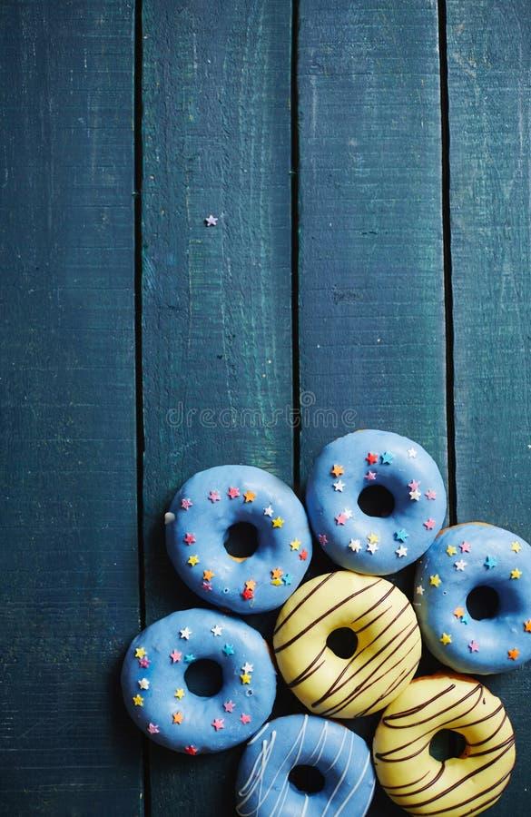 Zoete Doughnutssamenstelling op Blauw royalty-vrije stock fotografie