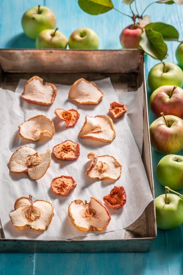 Zoete droge die appelen van verse vruchten worden gemaakt stock foto's