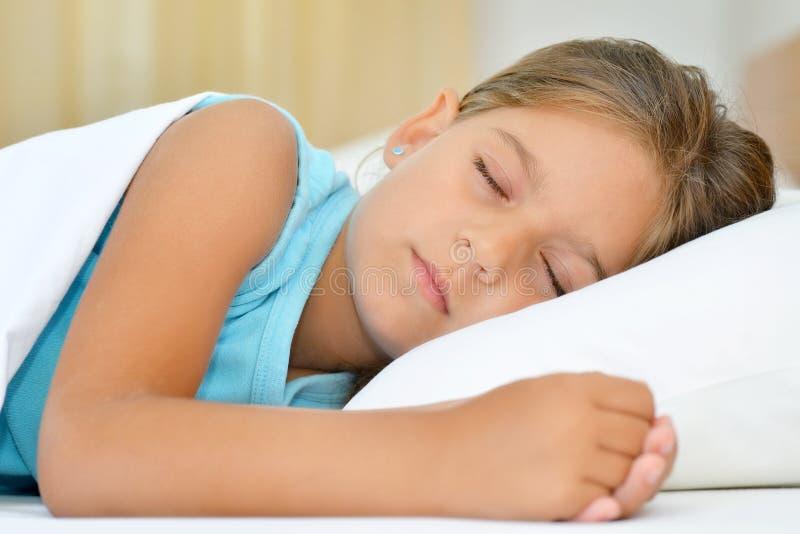 Zoete dromen, de aanbiddelijke slaap van het peutermeisje stock afbeeldingen