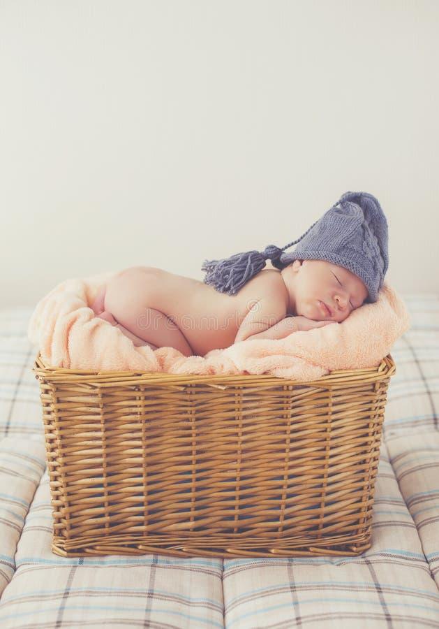 Zoete droom pasgeboren baby in een grote mand royalty-vrije stock afbeeldingen