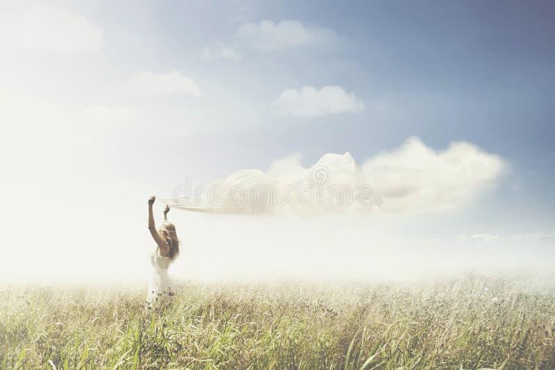 Zoete droom van een meisje die een wolk in de hemel dragen stock foto's