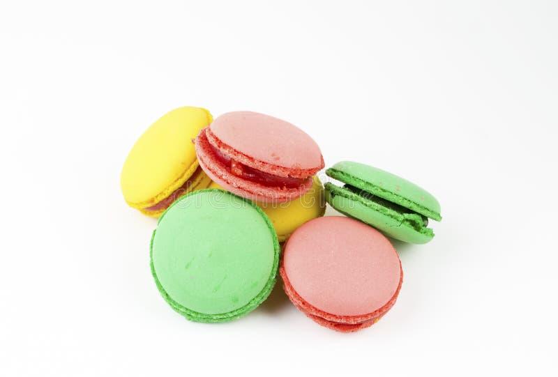 Zoete en kleurrijke Franse makarons of macaron op witte achtergrond, Dessert royalty-vrije stock foto