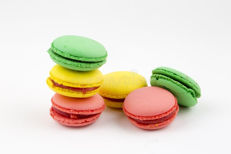 Zoete en kleurrijke Franse makarons of macaron op witte achtergrond, Dessert stock foto's