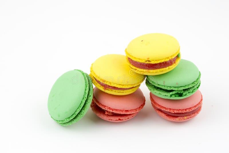 Zoete en kleurrijke Franse makarons of macaron op witte achtergrond, Dessert royalty-vrije stock fotografie