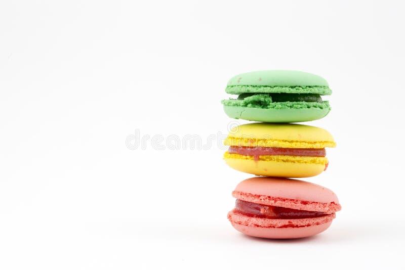 Zoete en kleurrijke Franse makarons of macaron op witte achtergrond, Dessert stock foto