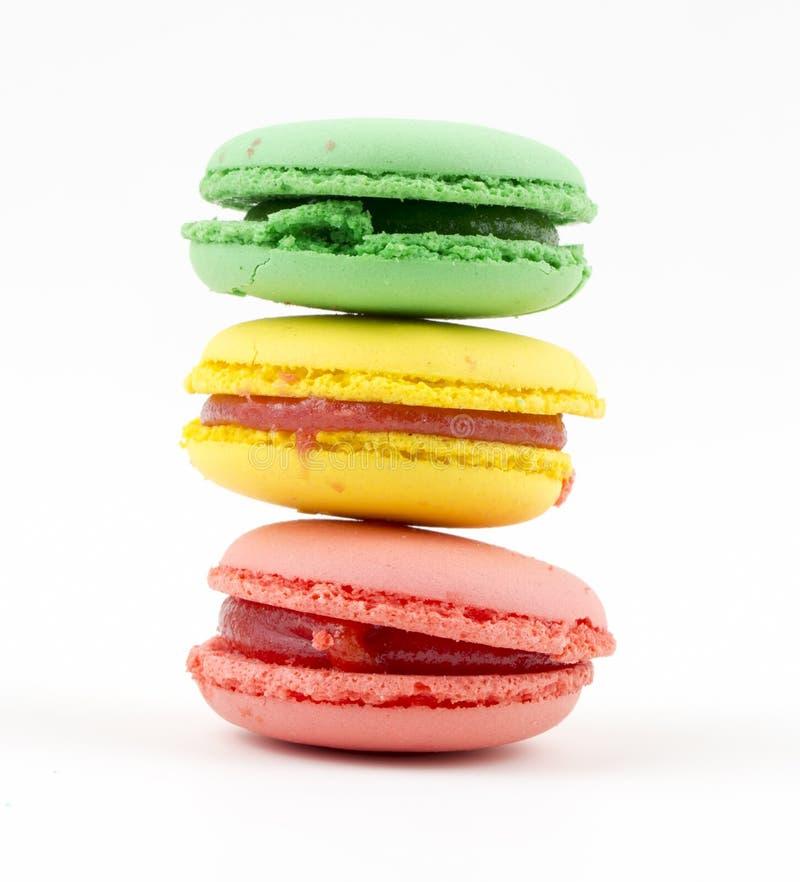 Zoete en kleurrijke Franse makarons of macaron op witte achtergrond, Dessert stock afbeeldingen