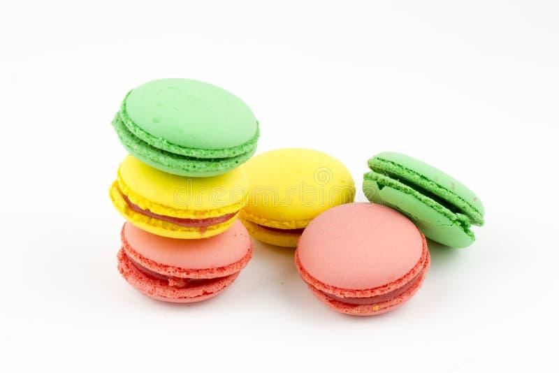 Zoete en kleurrijke Franse makarons of macaron op witte achtergrond, Dessert royalty-vrije stock foto's