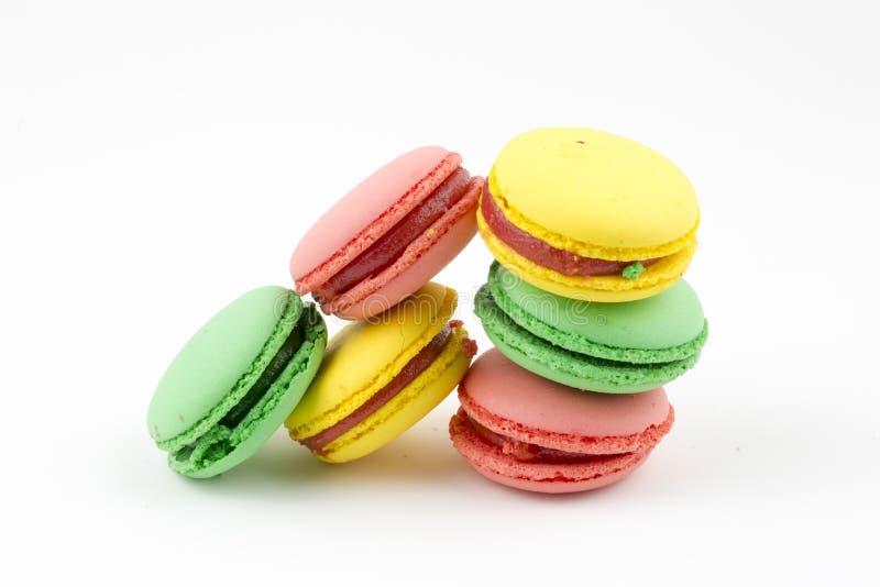 Zoete en kleurrijke Franse makarons of macaron op witte achtergrond, Dessert royalty-vrije stock afbeelding