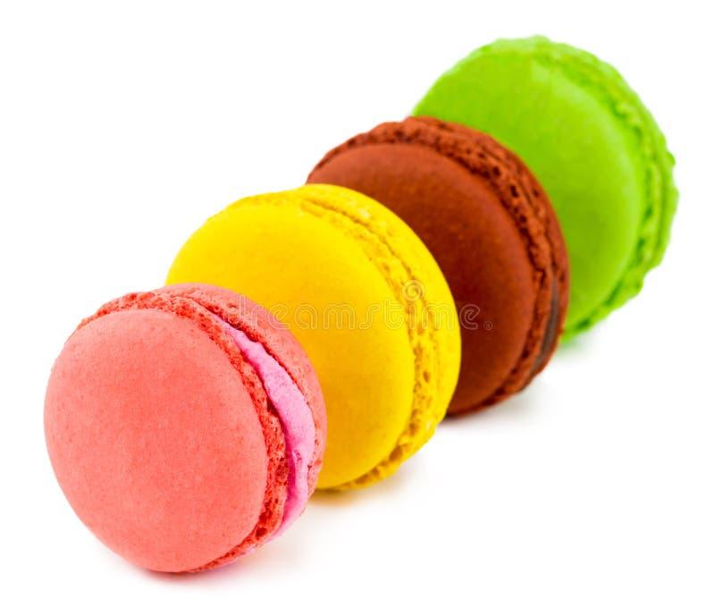 Zoete en kleurrijke Franse makarons of macaron op witte backgro stock afbeeldingen