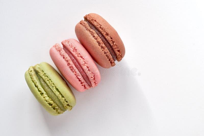 Zoete en kleurrijke Franse makarons of macarons op licht royalty-vrije stock foto
