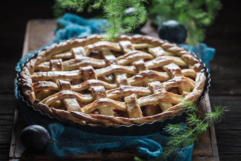 Zoete en smakelijke die scherp met pruimen van verse ingrediënten worden gemaakt stock foto's