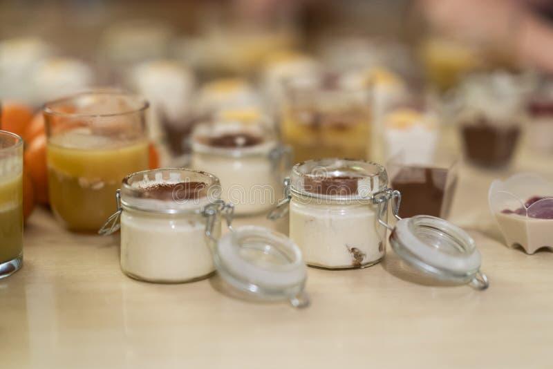 Zoete en smakelijke die woestijnentiramisu, uit koffie en mascarpone in een closeable glas wordt gemaakt royalty-vrije stock foto