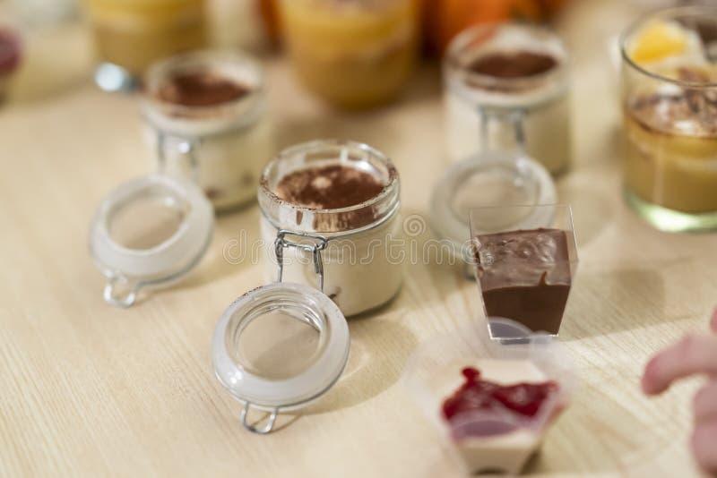 Zoete en smakelijke die woestijnentiramisu, uit koffie en mascarpone in een closeable glas wordt gemaakt royalty-vrije stock foto's