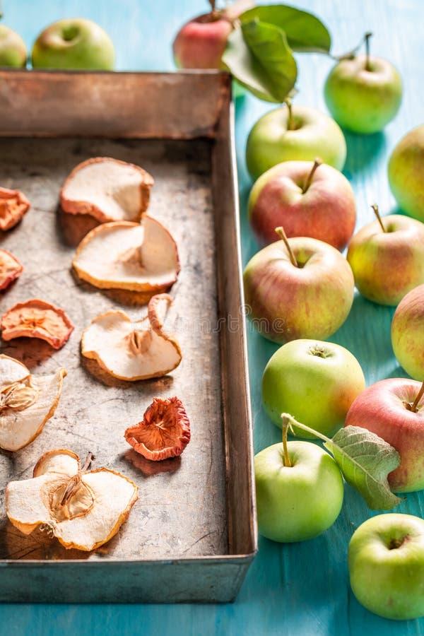Zoete en smakelijke droge die appelen van verse vruchten worden gemaakt stock afbeeldingen