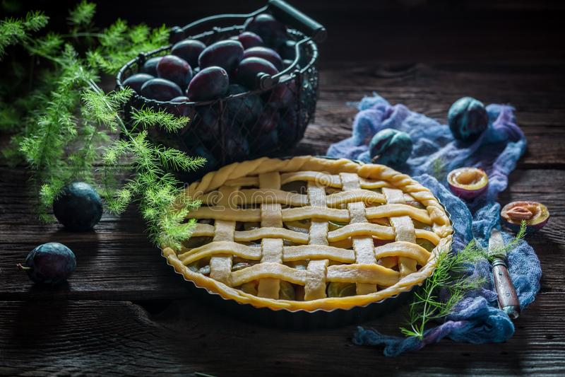 Zoete en smakelijke scherp met pruimen op blauwe doek royalty-vrije stock afbeeldingen