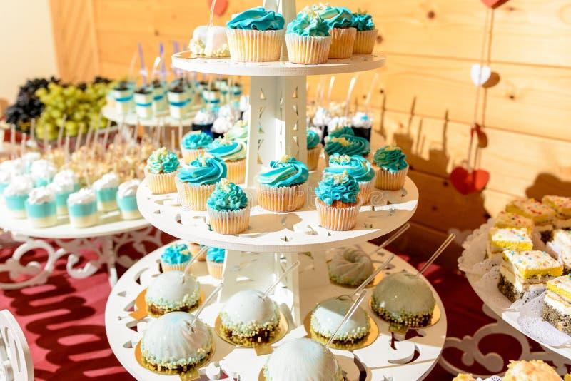 Zoete gastronomische buffetlijst bij het huwelijk in blauwe tonen stock afbeeldingen