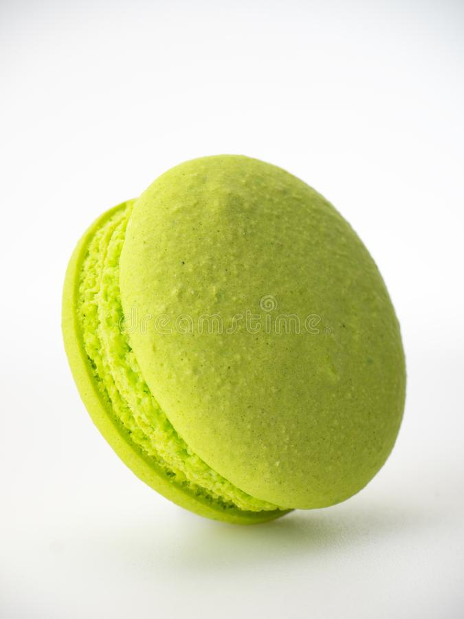 Zoete hazelnoot Groene macarons op wit royalty-vrije stock afbeeldingen