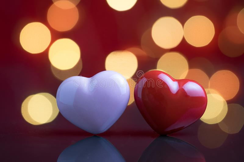 Zoete huwelijks romantische nacht, verjaardag of de dagconcept van de valentijnskaart, gelukkige mini roze en rode hartvorm met d stock foto's