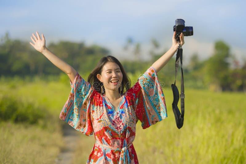 Zoete jonge Aziatische Chinese of Koreaanse vrouw op haar jaren '20 die het gelukkige en speelse de camera van de holdingsfoto gl stock foto