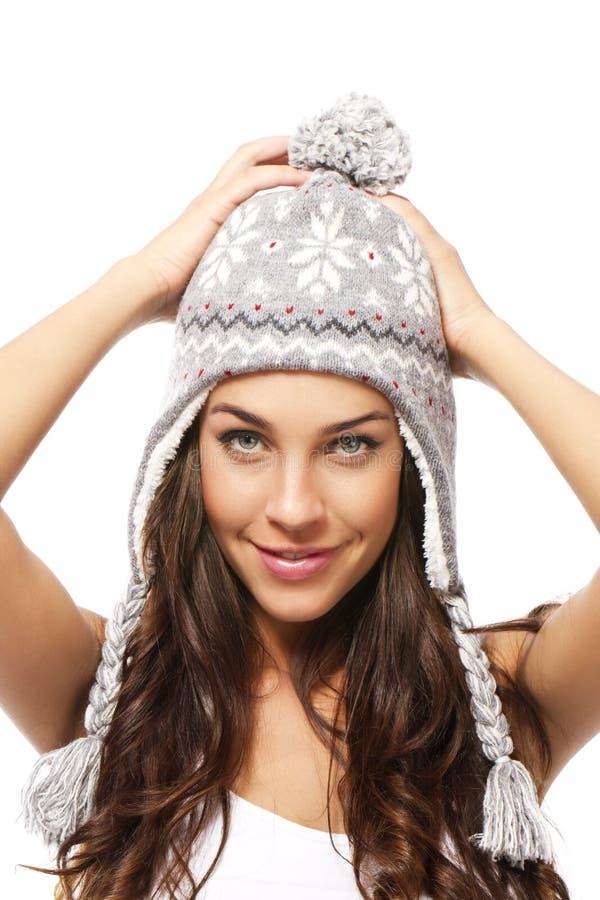 Zoete jonge donkerbruine vrouw die de winterGLB greep draagt royalty-vrije stock afbeelding