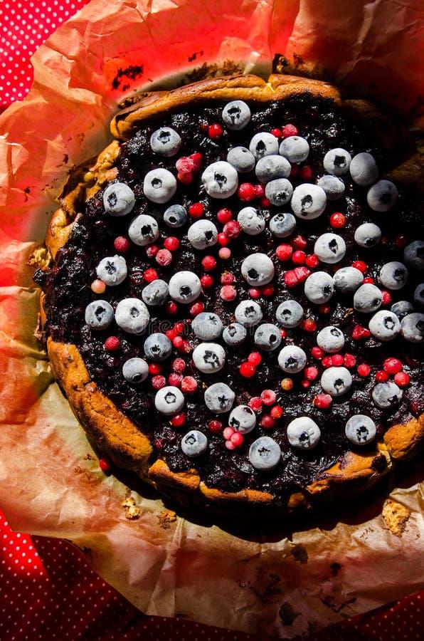 Zoete kaastaart met zoethout en vruchten stock foto