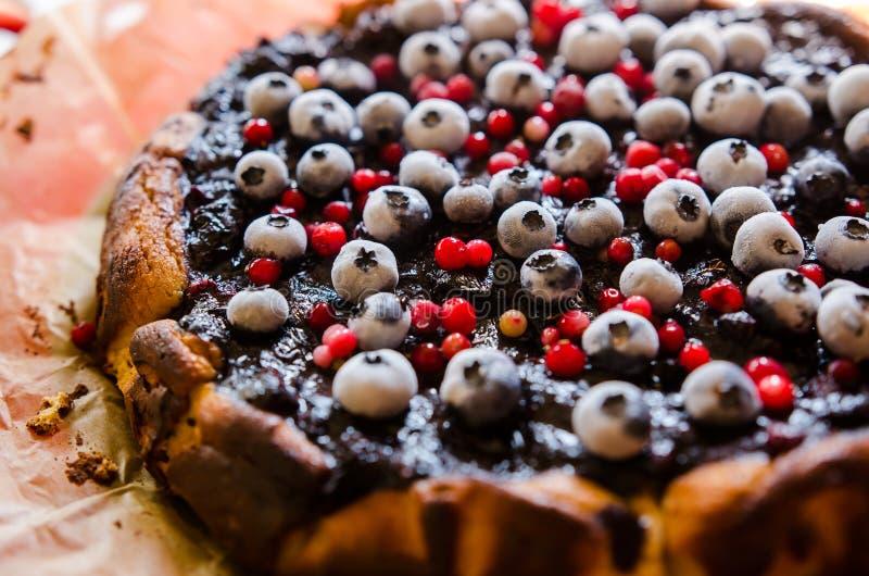 Zoete kaastaart met zoethout en vruchten stock afbeeldingen