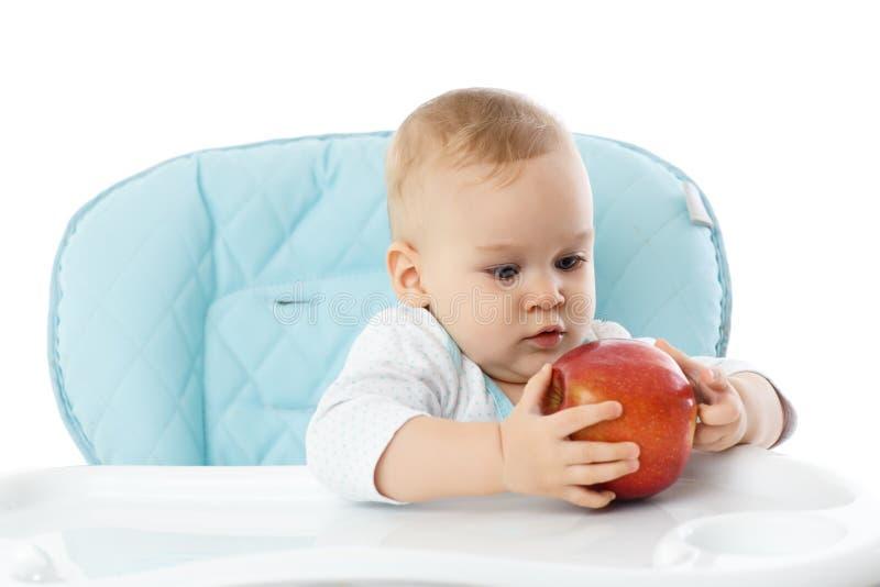 Zoete kleine baby met appel. stock fotografie