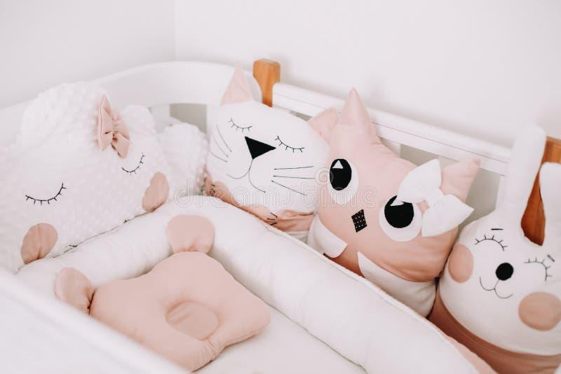 Zoete kleuterkamers. Stijlvolle babykamer met comfortabele kribbe. Bedroom met gekleurde decoratieve kussens royalty-vrije stock afbeelding