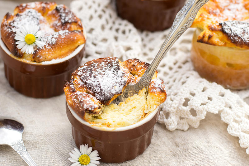 Zoete kwarksoufflé met rozijnen voor dessert royalty-vrije stock foto's