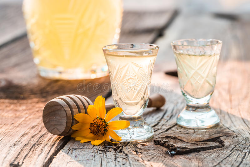 Zoete likeur die van honing en alcohol wordt gemaakt stock fotografie