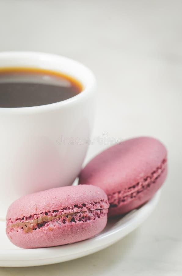 Zoete makarons of macaron en koffiekop op een witte achtergrond, Frans dessert royalty-vrije stock foto's