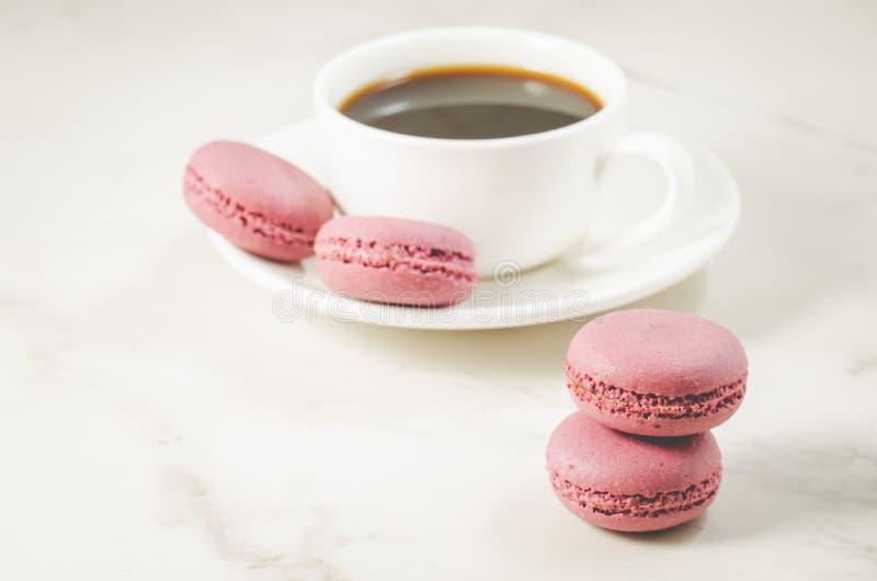 Zoete makarons of macaron op een witte kom en koffiekop, Frans dessert stock foto