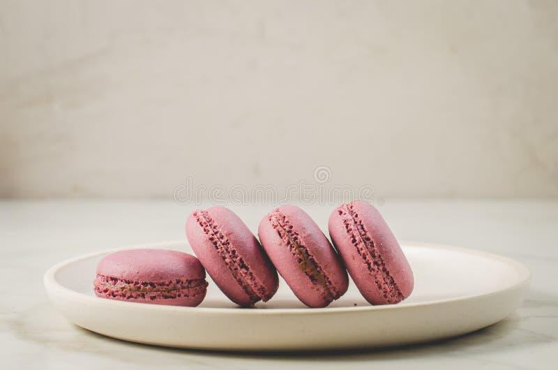 Zoete makarons of macaron op een witte kom, Frans dessert stock foto's
