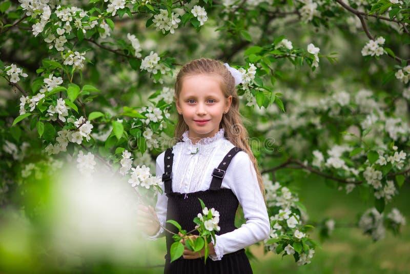 Zoete mooie leerling na school in school eenvormig in het park Het concept school, studie, onderwijs, vriendschap, kinderjaren stock foto's