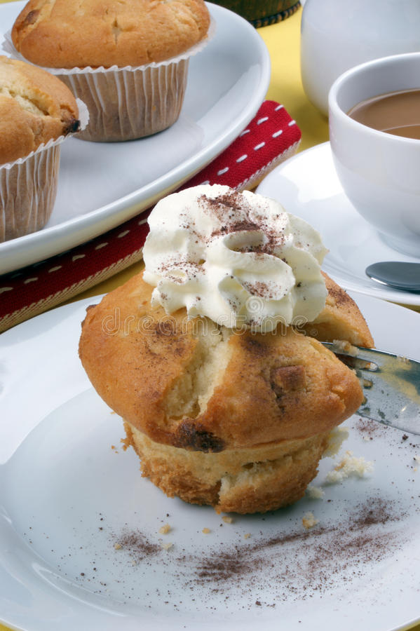 Zoete muffins op een plaat stock afbeelding