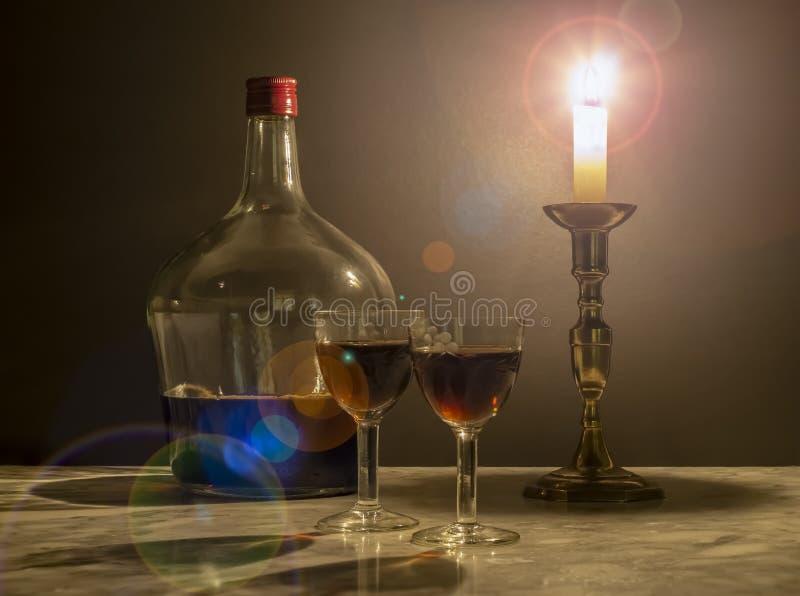 Zoete muskaatwijn met twee oude kristalbrillen van kaarslicht royalty-vrije stock afbeelding