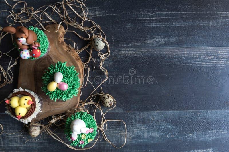 Zoete Pasen-kopcakes op houten achtergrond royalty-vrije stock foto's