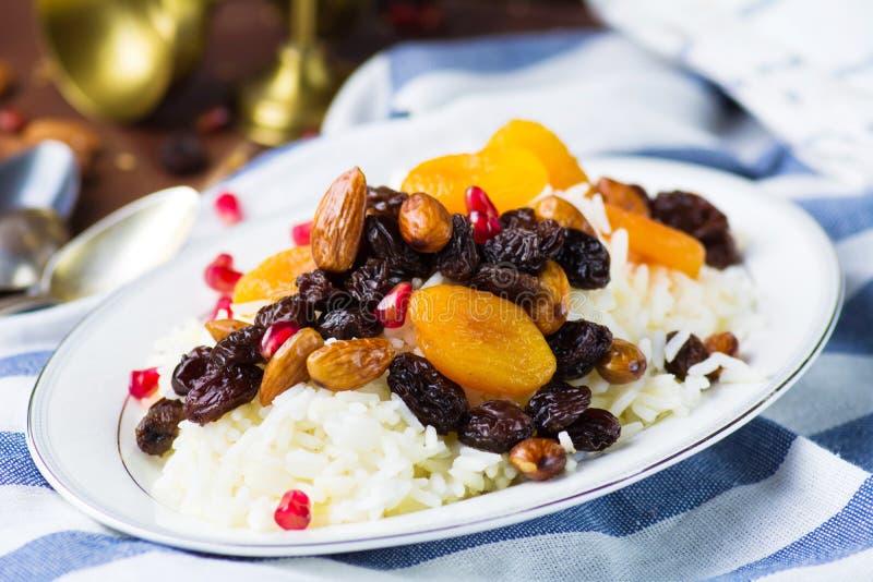 Zoete rijst plov met droge vruchten en noten royalty-vrije stock foto's