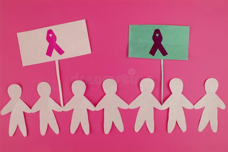 Zoete roze lintvorm met meisjesdocument pop op blauwe achtergrond voor de Voorlichtingssymbool van Borstkanker om in oktober-maan royalty-vrije stock fotografie