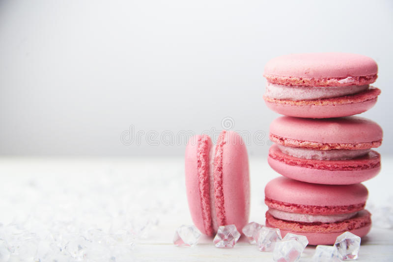 Zoete roze makarons op houten lijst royalty-vrije stock afbeelding