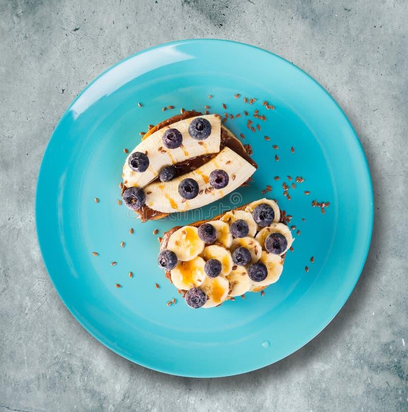Zoete sandwiches met banaan en bosbessen stock afbeeldingen