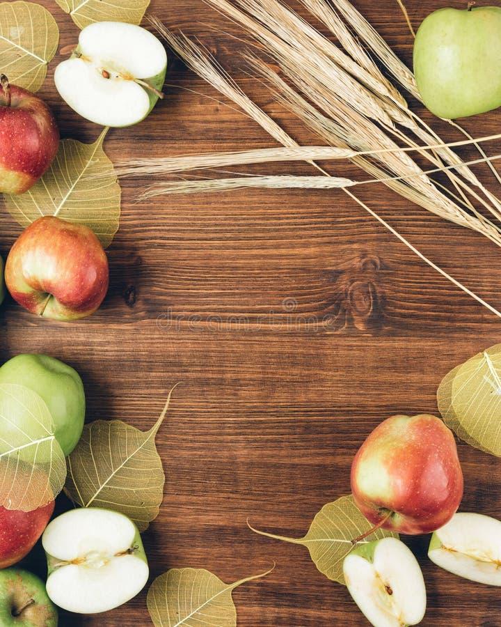 Zoete sappige rode en groene appelen stock afbeeldingen