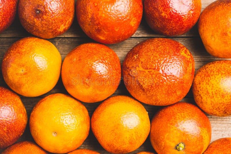 Zoete sappige rode sinaasappelen op de rustieke achtergrond royalty-vrije stock foto's