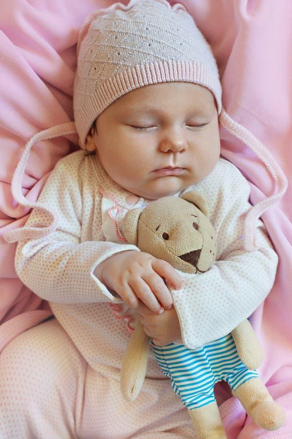 Zoete slaap weinig baby Vlak leg stock afbeeldingen